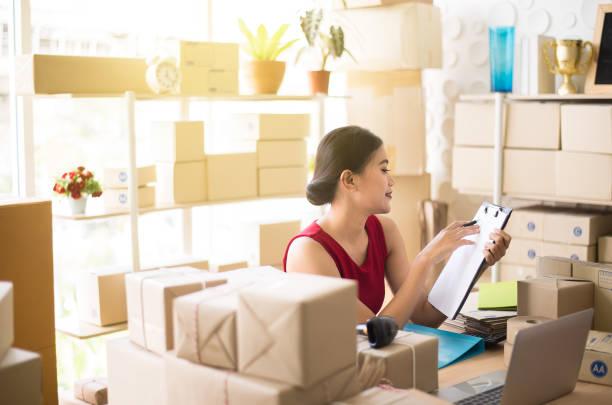 asiatische frau kleinunternehmer büro zu hause arbeiten, upentrepreneur kmu online-geschäft starten - umzug checkliste stock-fotos und bilder