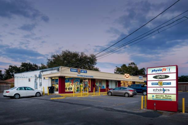 een kleine business center op harrison avenue - call center stockfoto's en -beelden