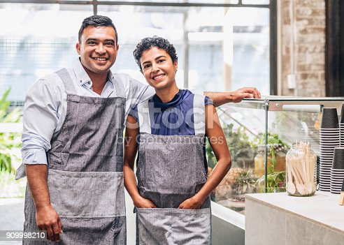 istock Small business entrepreneurs at their cafe 909998210