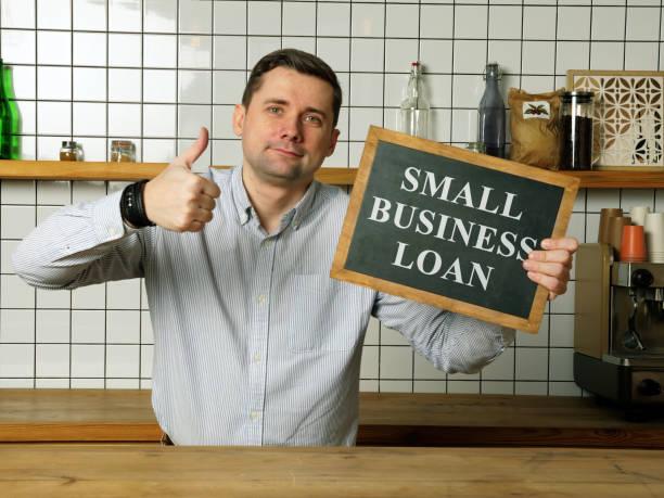 Kleinunternehmenskredit in den Händen des Geschäftsmannes. – Foto