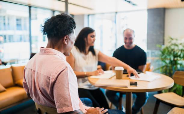 kleine business meetings - kaffeetasse tattoo stock-fotos und bilder