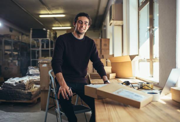 Kleinunternehmer an seinem Schreibtisch – Foto