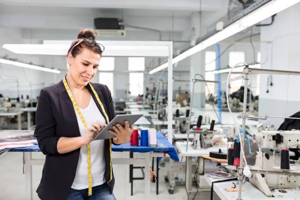 Inhaber eines kleinen Unternehmens posiert mit Tablet. – Foto