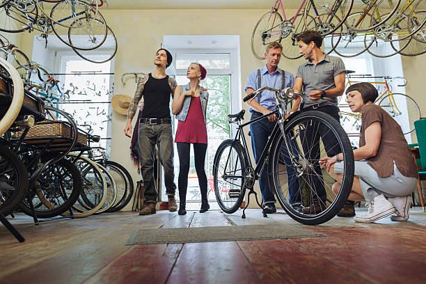 Kleinunternehmen Eigentümer verkaufen Fahrräder – Foto