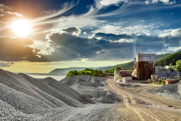 kleine zementfabrik - betonwerkstein stock-fotos und bilder