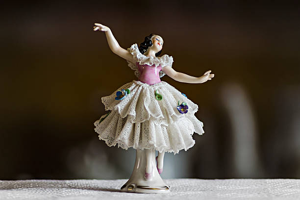 estatueta de cerâmica pequena dançarina - porcelana - fotografias e filmes do acervo