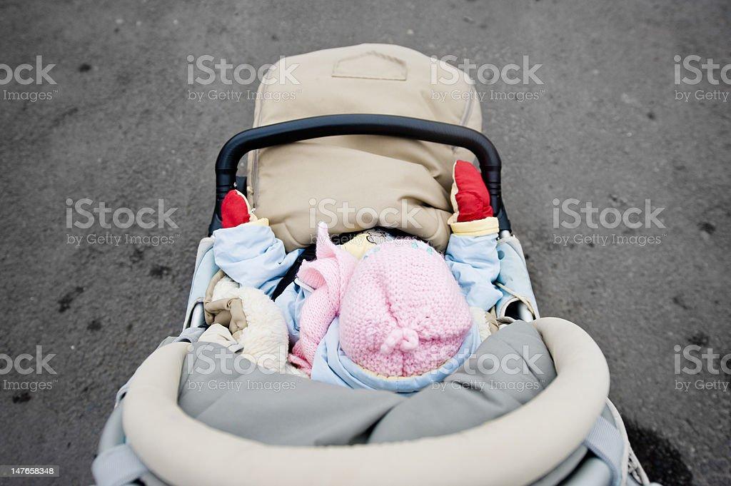 Kleines Kind in der Kutsche von oben – Foto