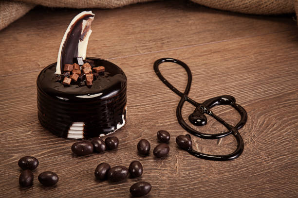 kleinen schokoladenkuchen auf holztisch - musik kuchen stock-fotos und bilder