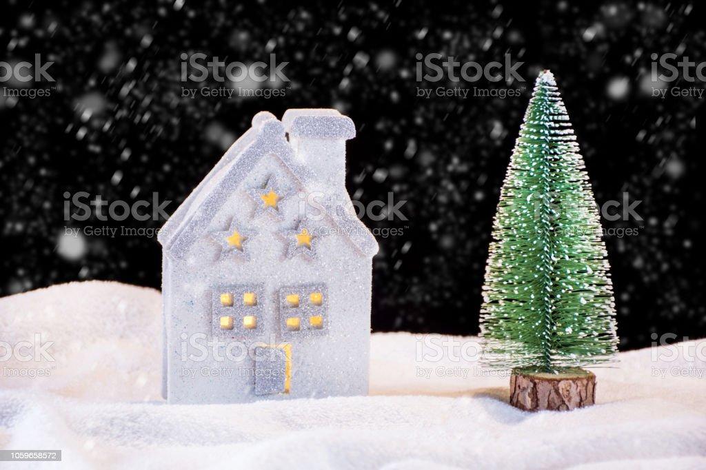 Weihnachtsbaum Schneit.Kleine Spielzeug Haus Und Tanne Weihnachtsbaum Auf Nacht Schneit
