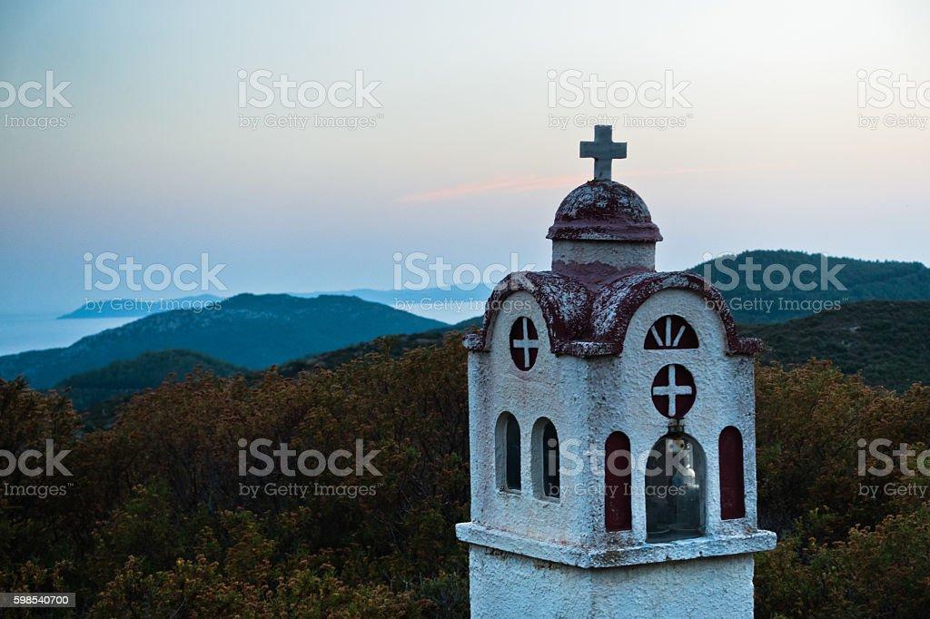Small church in Greek coastal landscape at sunset photo libre de droits