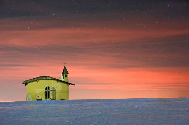 Kleine Kirche in den Bergen in der Nacht. – Foto