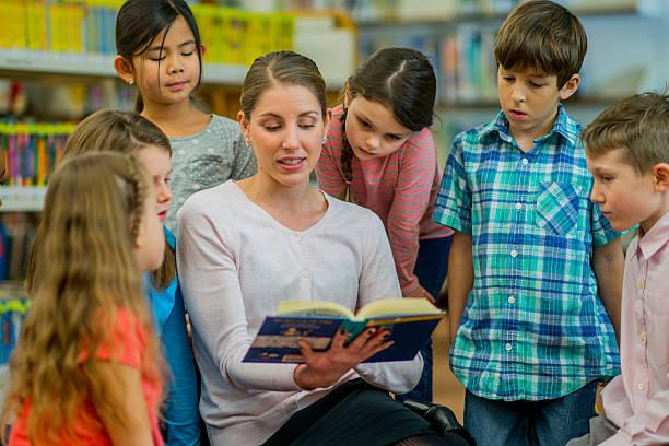 small class reading together - geschichten für kinder stock-fotos und bilder