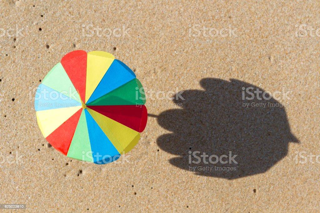 Kleine Bunte Papier Cocktail Sonnenschirm Am Strand Sand Mit