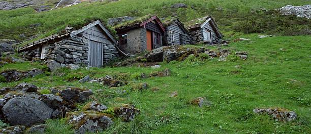 kleinen land häuser - hobbit häuser stock-fotos und bilder
