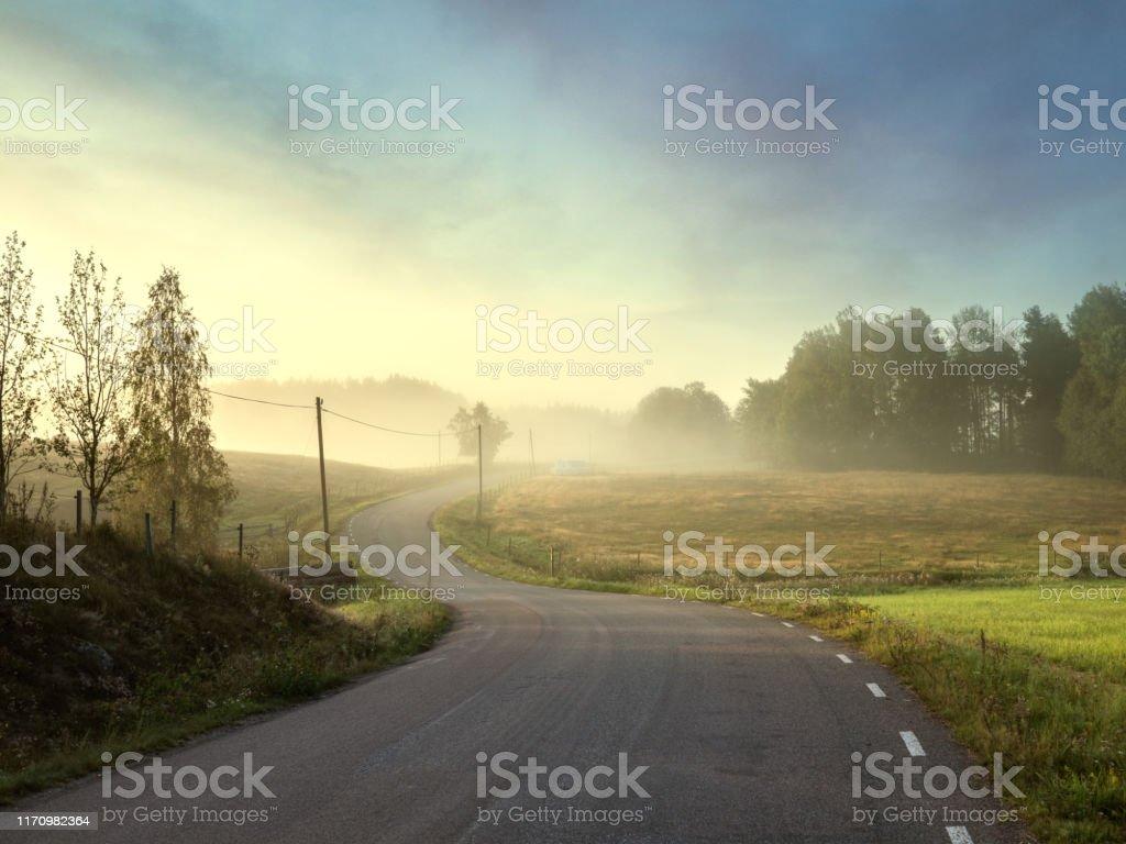 Små landsväg tråg vackra landacape - Royaltyfri Dag Bildbanksbilder