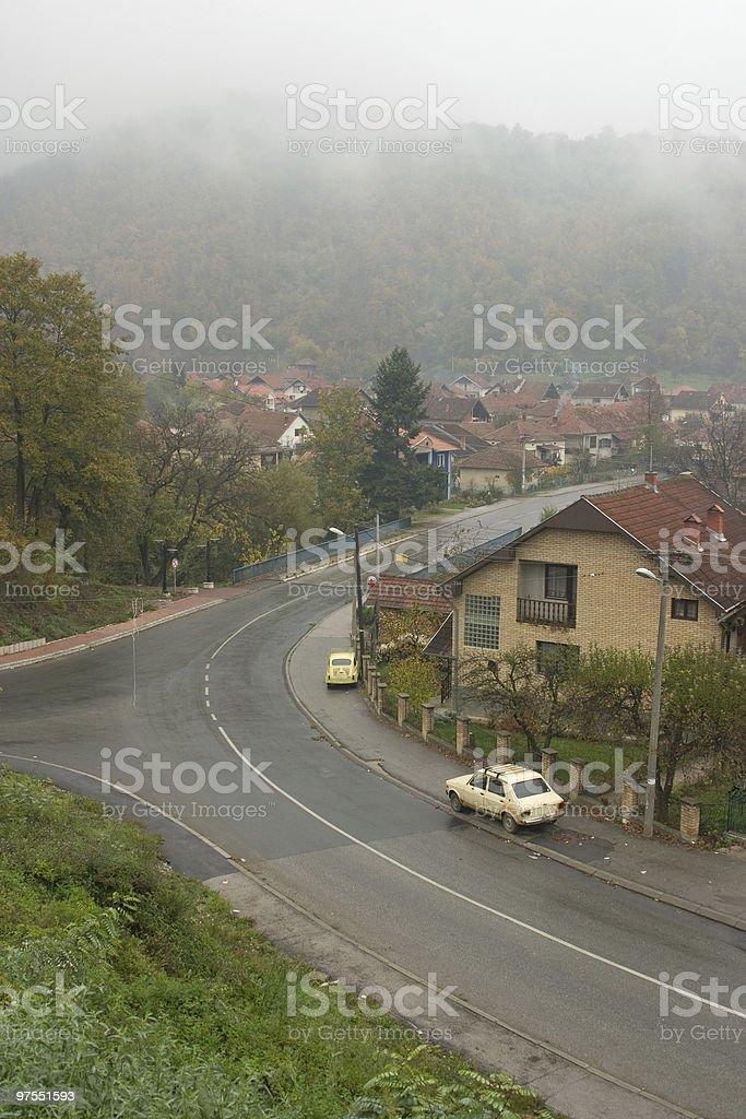 Petite ville dans le brouillard pays photo libre de droits
