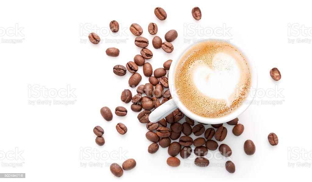 Kleine Tasse cappuccino mit Kaffeebohnen – Foto