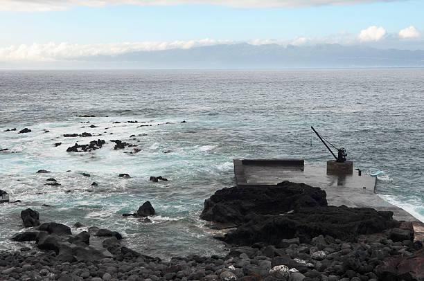 pequeno cais desertas costa na ilha do pico, açores - rain clouds porto portugal imagens e fotografias de stock