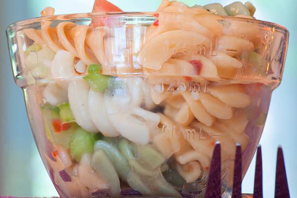 kleine teller pasta salad - nudelsalat zum grillen stock-fotos und bilder