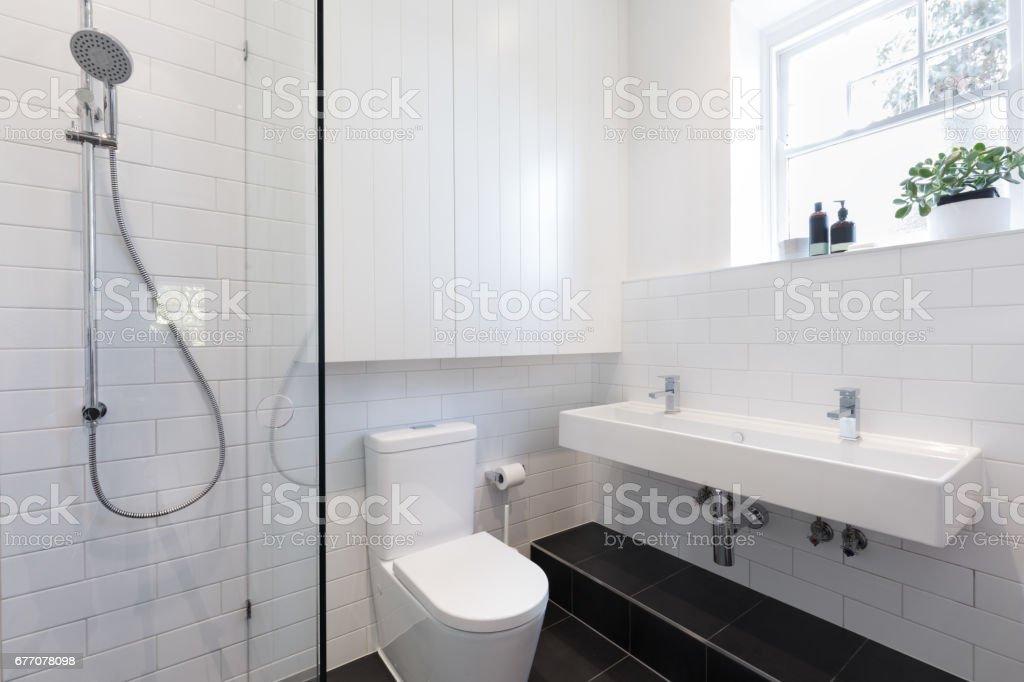 Kleines Bad Mit Fliesen In Ein Backstein Muster Verlegt ...