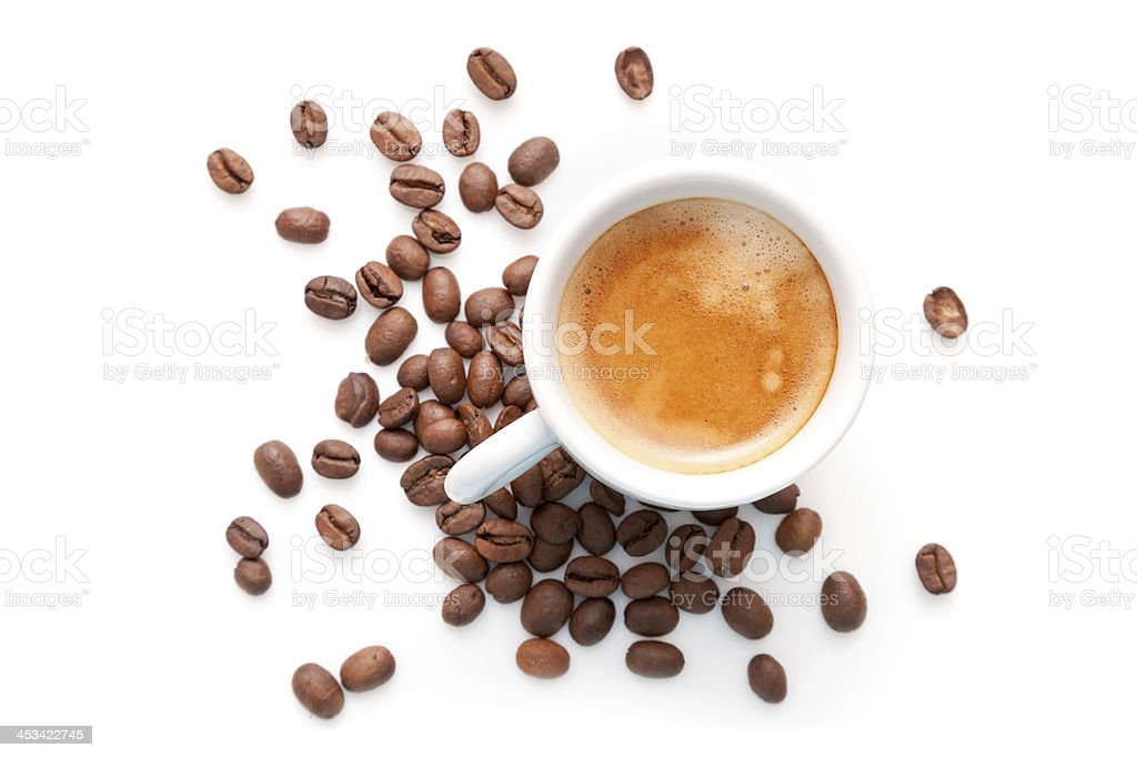 Kleine Espressotasse mit Kaffeebohnen, isoliert auf weißem backgroun – Foto