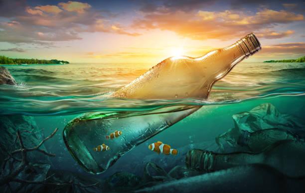 Kleine Fische in einer Flasche unter Meeresverschmutzung. Umweltkonzept – Foto