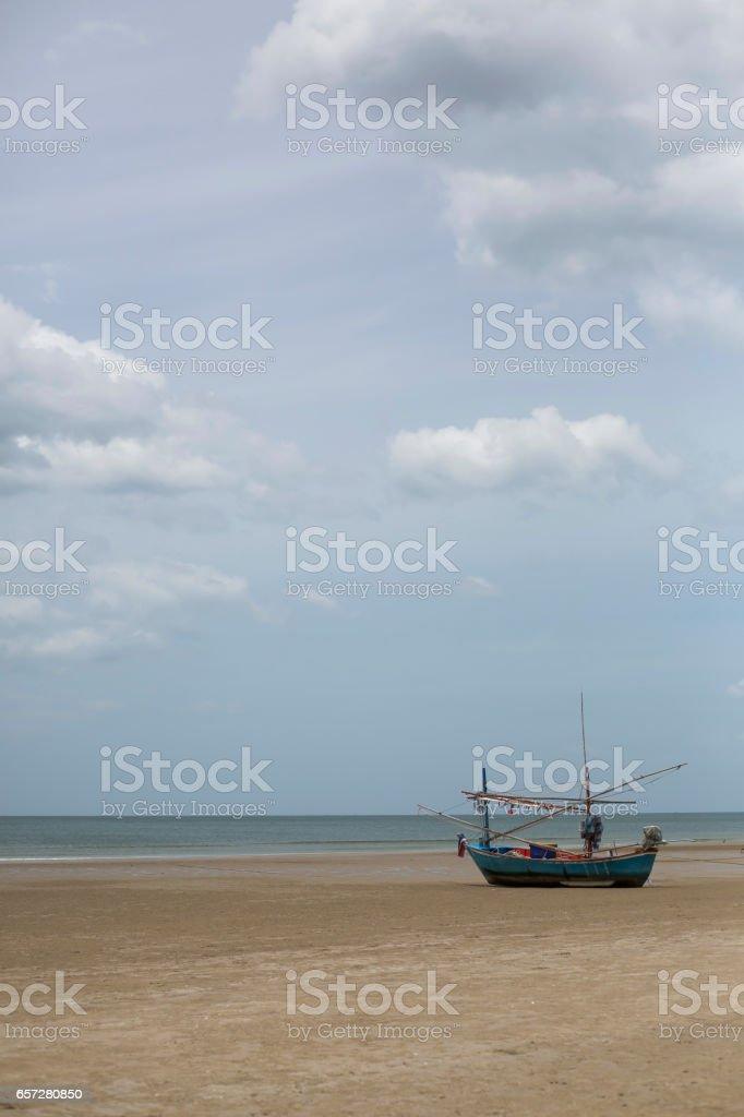 Small fishing boat stay on beach in monsoon season – Foto