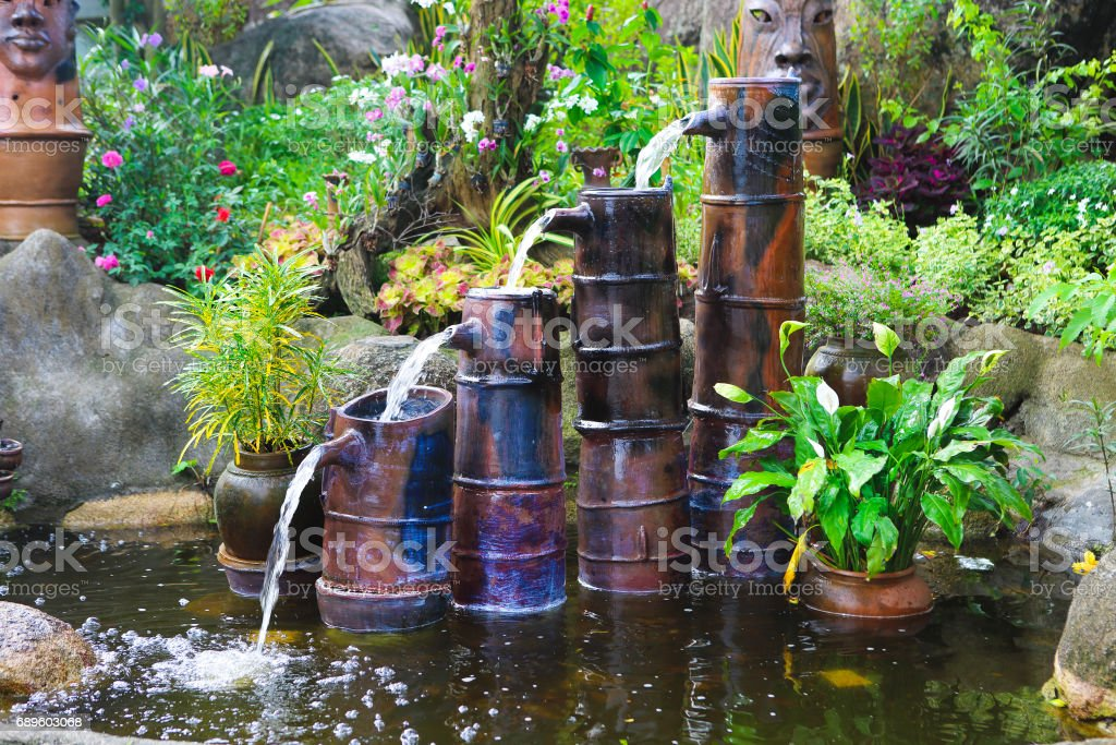 Kleiner Brunnen in Pagode in Vietnam – Foto