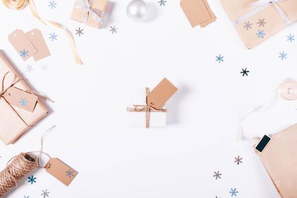 kleine geschenk-box mit einem bogen und einem etikett - winterdeko basteln stock-fotos und bilder
