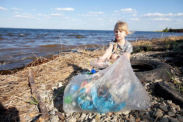Kleine Mädchen sammeln Müll – Foto