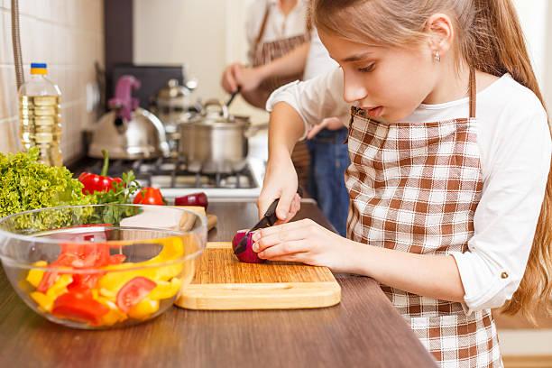 Kleines Mädchen Schneiden Zwiebeln auf dem Küchentresen – Foto
