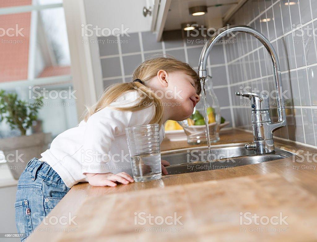 Kleine Mädchen trinkt Wasser - Lizenzfrei Wasser- oder Zapfhahn Stock-Foto