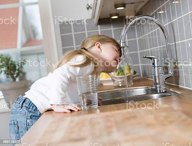 Kleine Mädchen Trinkt Wasser Stockfoto und mehr Bilder von Wasser- oder Zapfhahn