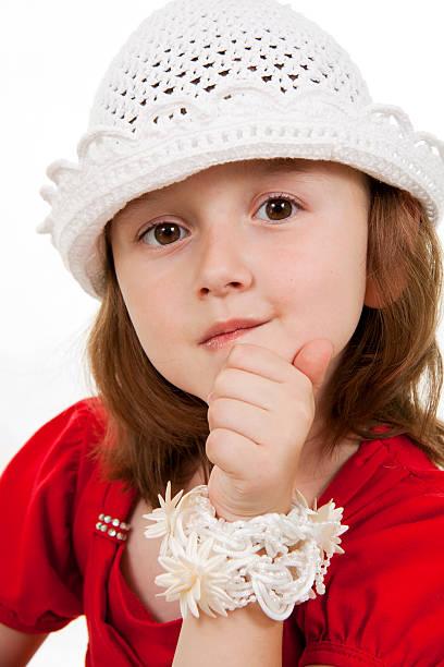 kleine mädchen mode - kindermütze häkeln stock-fotos und bilder