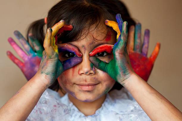 spielt mit farben - indische gesichtsfarben stock-fotos und bilder