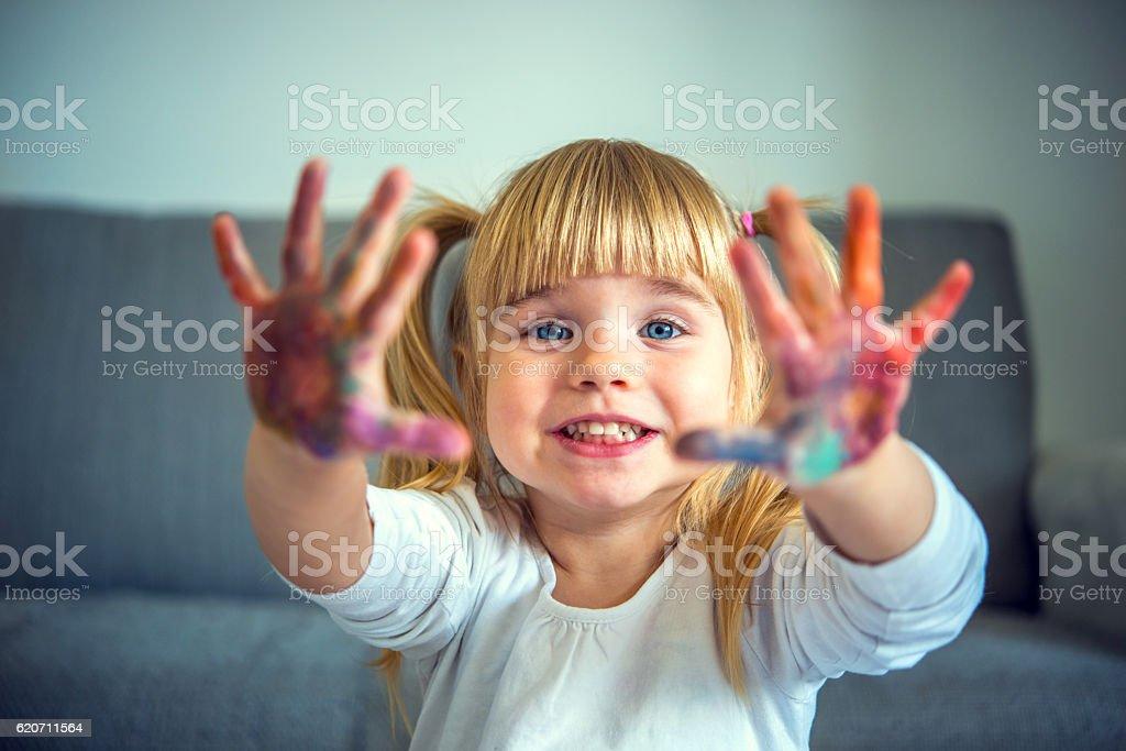 Petite fille jouant avec les couleurs - Photo
