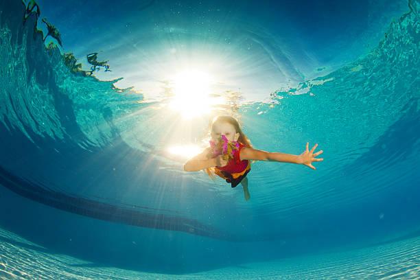 Kleines Mädchen Schwimmen unter Wasser – Foto