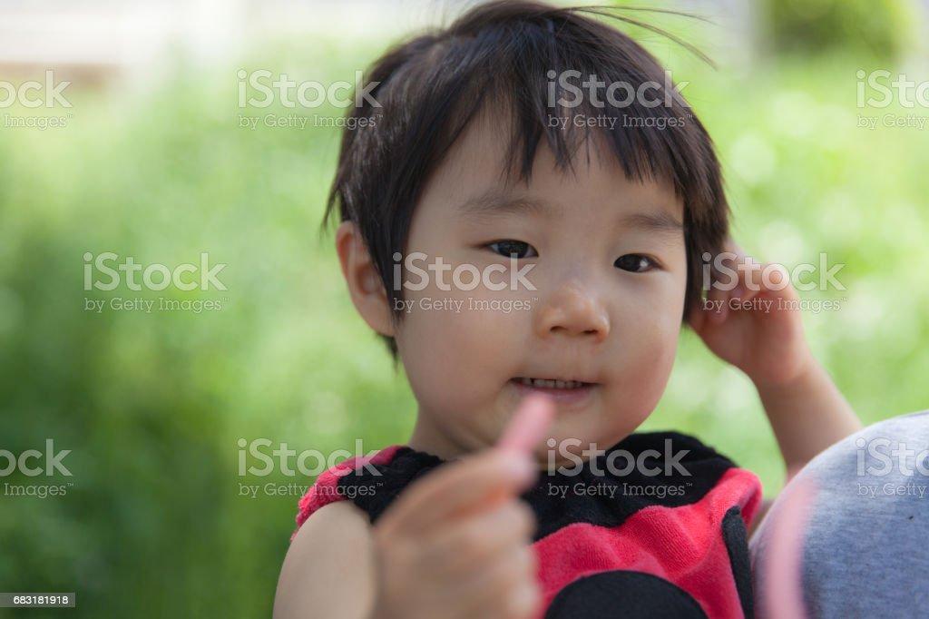 戴著墨鏡的小女孩 免版稅 stock photo