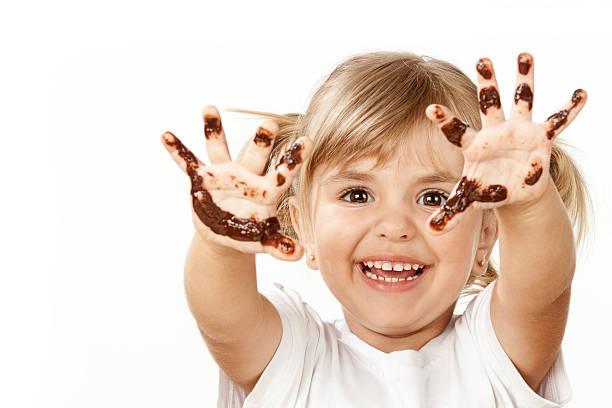 kleines mädchen mit schokolade - kinderschokolade stock-fotos und bilder