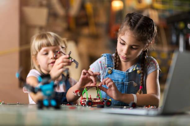 Kleine Mädchen bauen Spielzeug Baumaschine – Foto