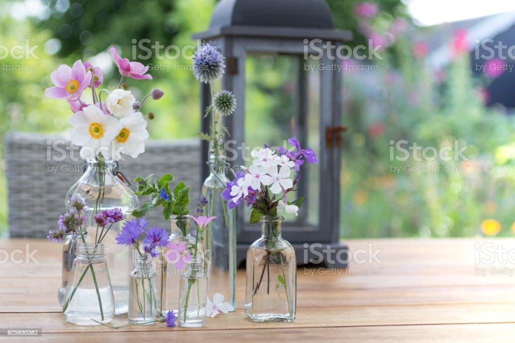 Kleine Glasvasen mit Blumen – Foto
