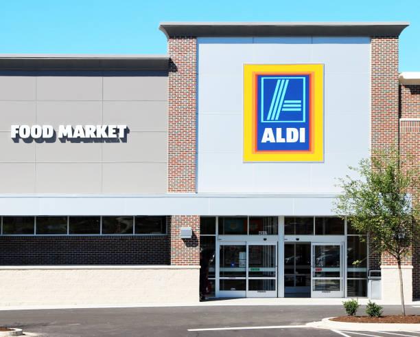 kleiner supermarkt - aldi karriere stock-fotos und bilder