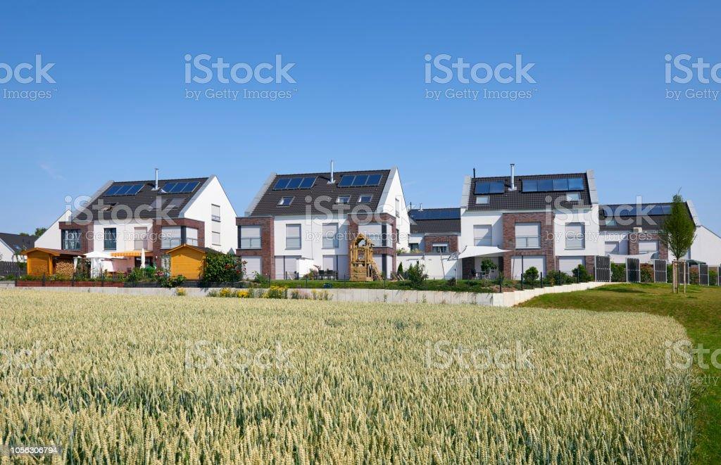 Kleine Gruppe von zeitgenössischen duplex Häuser – Foto