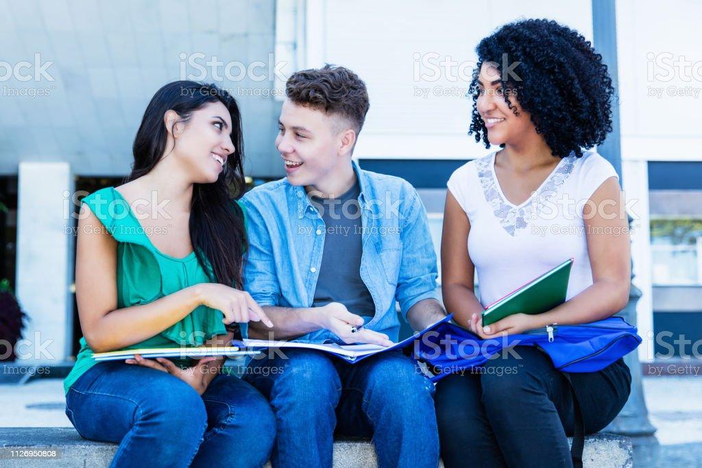 Pequeño grupo de estudiantes internacionales de aprendizaje al aire libre - foto de stock