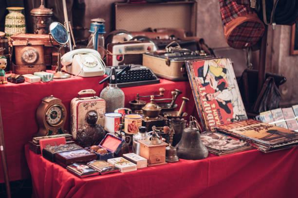 piccolo gruppo di oggetti vintage in un mercato delle pulci - antico vecchio stile foto e immagini stock