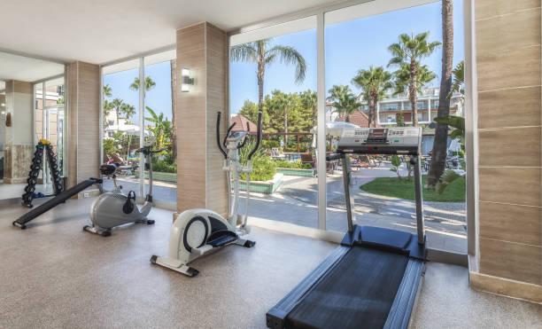 kleiner fitnessraum im resorthotel - hotels in der türkei stock-fotos und bilder