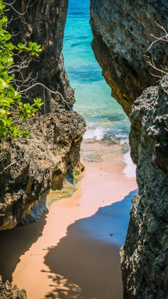 Petite plage cachée entre Rockes couverte de Cactus sur Geger Beach à Nusa Dua Bali - Photo