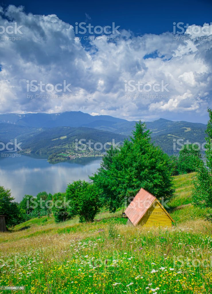 Kleines Haus Am See Von Bicaz Rumänien Stockfoto und mehr Bilder von ...