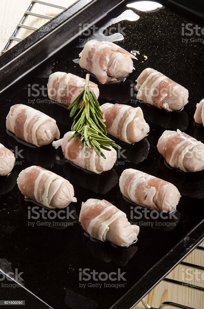 small irish sausages wrapped with bacon on a roasting tray Lizenzfreies stock-foto