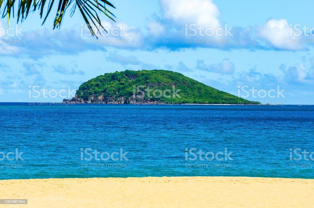 Kleine Insel vor der Küste von Guadeloupe, Strand im Vordergrund – Foto